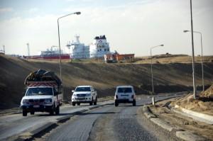 Suezkanal-unten-Autos-oben-Schiff-2065