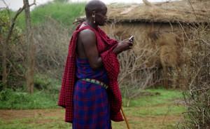 Massaidorf-Massai-mit-Handy-P9306